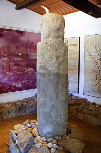 """Statue -menhir Scalsa-Murta. Trouvée près de la tour génoise de Micalona, elle illustre les panneaux consacrés à la """"théorie des Shardanes""""."""